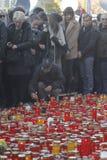 12.000 personas marchan en el silencio para 30 víctimas muertas en club del fuego Fotos de archivo