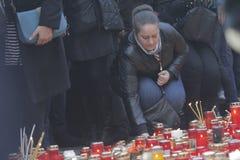12.000 personas marchan en el silencio para 30 víctimas muertas en club del fuego Imagenes de archivo