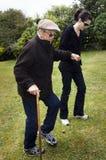 Personas mayores de ayuda y de ayuda Foto de archivo libre de regalías