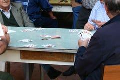 Personas mayores de las tarjetas que juegan Fotografía de archivo