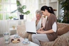 Personas mayores del entrenamiento para utilizar medios sociales Imágenes de archivo libres de regalías