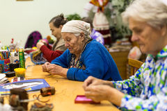 Personas mayores durante la terapia profesional para el eldery e inhabilitada en el departamento de la rehabilitación en el centr Fotografía de archivo