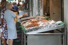 Personas mayores en el mercado de pescados Imágenes de archivo libres de regalías