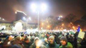 300 000 personas que encienden sus teléfonos en Bucarest - Piata Victoriei en 05 02 2017 Imágenes de archivo libres de regalías