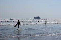 Personas que practica surf Fotografía de archivo