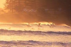 Personas que practica surf Fotos de archivo libres de regalías