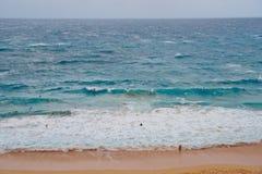 Personas que practica surf apretadas que montan ondas de la playa de la isla de Oahu imágenes de archivo libres de regalías