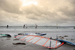 Personas que practica surf atlánticas del viento que compiten con en los vendavales fotografía de archivo