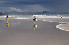 Personas que practica surf australianas Foto de archivo