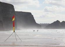 Personas que practica surf de la bahía de Watergate Fotos de archivo