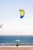 Personas que practica surf de la cometa Fotografía de archivo libre de regalías