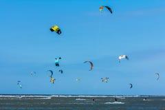 Personas que practica surf de la cometa Imágenes de archivo libres de regalías