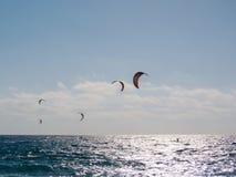 Personas que practica surf de la cometa Fotografía de archivo