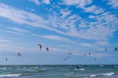 Personas que practica surf de la cometa en el mar Imágenes de archivo libres de regalías
