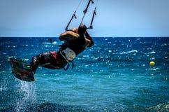 Personas que practica surf de la cometa en la playa de Guadalmansa Fotos de archivo