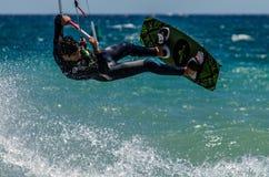 Personas que practica surf de la cometa en la playa de Marbella Fotografía de archivo libre de regalías
