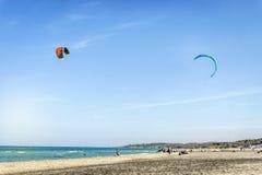 Personas que practica surf de la cometa en la playa italiana tranquila, Puglia Imagen de archivo libre de regalías