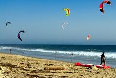 Personas que practica surf de la cometa en una playa en California Fotografía de archivo