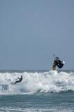 Personas que practica surf de la cometa que montan y que saltan Fotografía de archivo libre de regalías