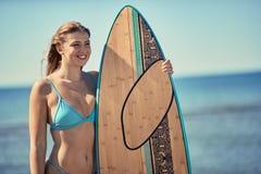 Personas que practica surf de la mujer en una playa Retrato de las mujeres jovenes que llevan a cabo un sur fotos de archivo