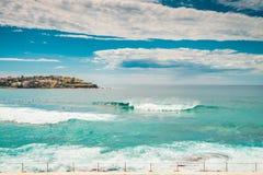 Personas que practica surf de la playa de Bondi que cogen ondas Foto de archivo