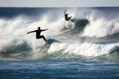 Personas que practica surf de la silueta imagen de archivo
