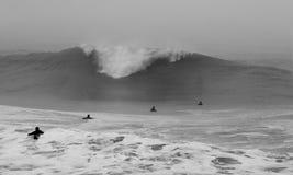 Personas que practica surf de la tormenta Fotos de archivo libres de regalías
