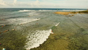 Personas que practica surf de la visión aérea en las ondas Siargao, Filipinas Nube 9 almacen de metraje de vídeo