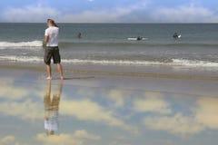 Personas que practica surf de observación del salvavidas Fotos de archivo