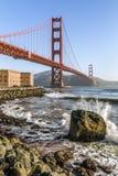 Personas que practica surf debajo del Golden Gate - San Francisco, California Foto de archivo libre de regalías