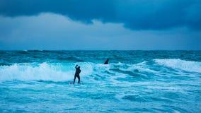 Personas que practica surf del entrenamiento en aguas frías de Lofotens fotografía de archivo libre de regalías
