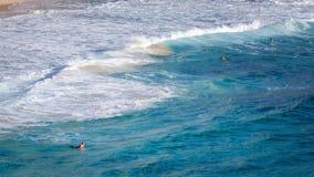 Personas que practica surf del verano en la playa Fotos de archivo