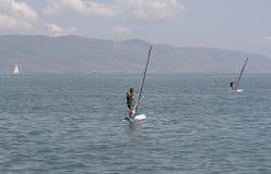 Personas que practica surf del viento Fotos de archivo