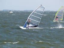 Personas que practica surf del viento Foto de archivo libre de regalías