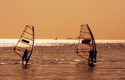 Personas que practica surf del viento en el mar de Mármara Foto de archivo