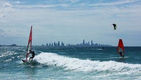 Personas que practica surf del viento en el océano de Goldcoast en Australia, Queensland Wellington Point fotografía de archivo libre de regalías