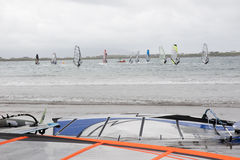 Personas que practica surf del viento que compiten con en los vendavales imagen de archivo libre de regalías