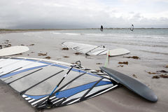 Personas que practica surf del viento que hacen frente a la tormenta Foto de archivo libre de regalías