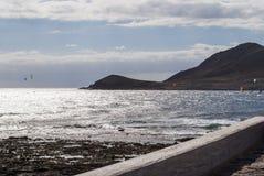 Personas que practica surf en el EL Medano, Tenerife-España de la playa Imágenes de archivo libres de regalías