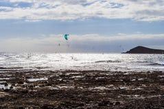 Personas que practica surf en el EL Medano, Tenerife-España de la playa Imagenes de archivo