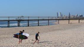 Personas que practica surf en el horizonte Gold Coast Australia del paraíso de las personas que practica surf metrajes
