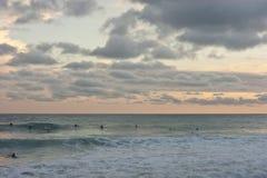 Personas que practica surf en el mar Imágenes de archivo libres de regalías