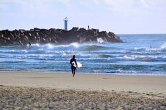 Personas que practica surf en el paraíso Queensland Australia de las personas que practica surf Imágenes de archivo libres de regalías