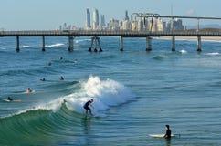 Personas que practica surf en el paraíso Queensland Australia de las personas que practica surf Fotos de archivo