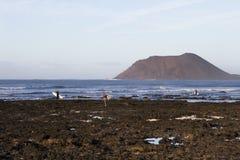 Personas que practica surf en Fuerteventura Imagen de archivo