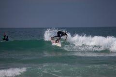 Personas que practica surf en jersey, Islas del Canal Imagen de archivo
