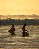 Personas que practica surf en Kauai, Hawaii Fotos de archivo