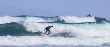 Personas que practica surf en la acción Imagen de archivo