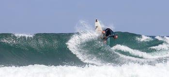 Personas que practica surf en la acción Fotografía de archivo
