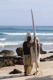 Personas que practica surf en la bahía Australia de Byron Fotos de archivo